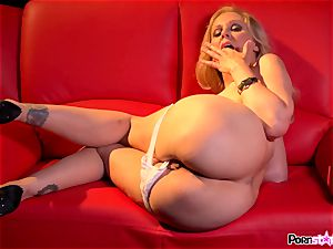 horny mother Julia Ann playing with her appetizing milfy muff