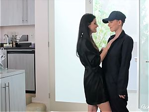 India Summers tempts delivery dame Riley Nixon
